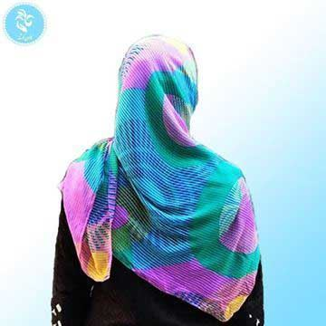 روسری حریر قواره 120 با طرح سبز و بنفش، سبک و راحت و لیز نیست