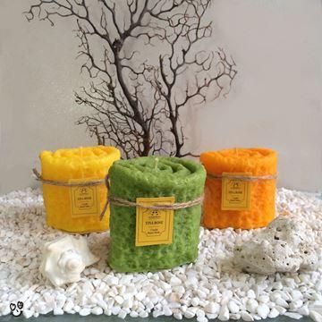 شمع  معطر و تزیینی در ۳ رنگ متنوع  نارنجی، زرد، سبز، از جنس پارافین و به شکل استوانه با طرح حوله پیچیده