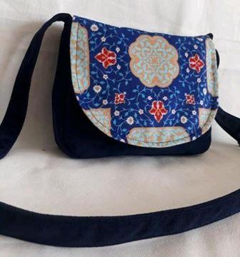 کیف دوشی مخمل مدل پارمیس طرح ۱ مناسب بانوان شیک، جیب زیپی در جلو، پشت و داخل کیف، آستر کیف از جنس فوم، مقاوم، ایستا و ضد آب