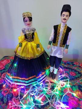 عروسک سنتی مازندرانی قد عروسک خانم30 و قد آقا 33 سانت،جنس پلاستیک،جنس لباس آقا ساتن و مخمل و بانو تور و ساتن، وصل شده روی پایه چوبی کاملا ایستایی داره
